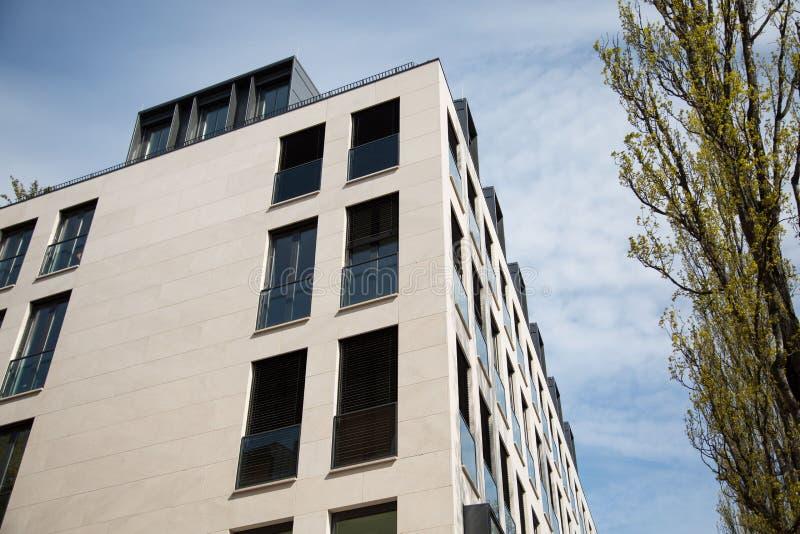 Modern byggnad i munich, Tyskland, med blå himmel arkivbild