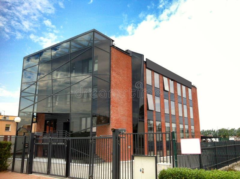 Modern byggnad med den glass höjden arkivbilder