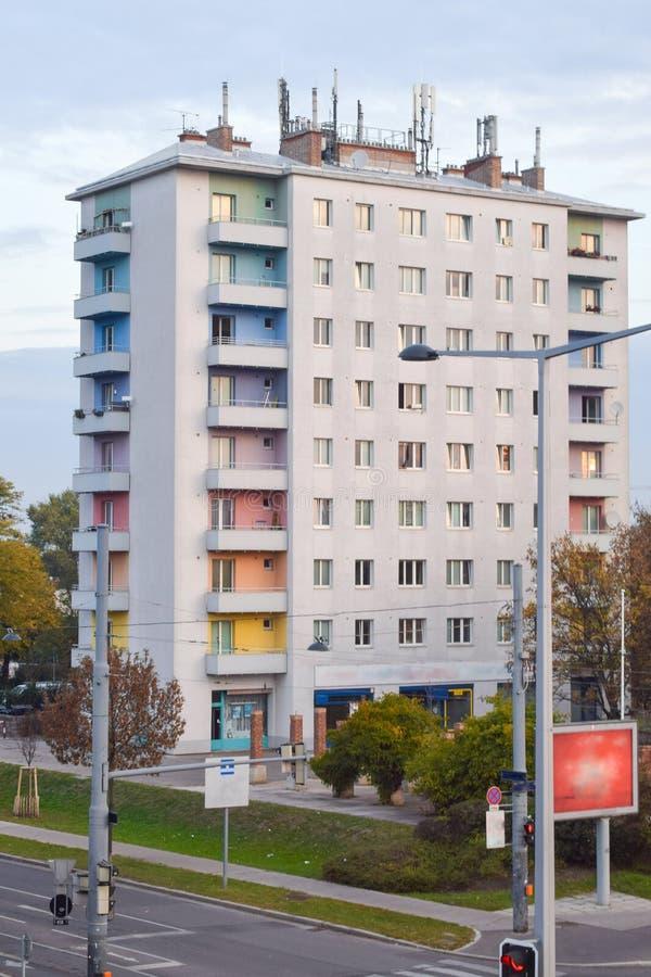 Modern byggnad med färgrika regnbågebalkonger på den ensamma gatan i morgonen i Wien Österrike royaltyfria foton