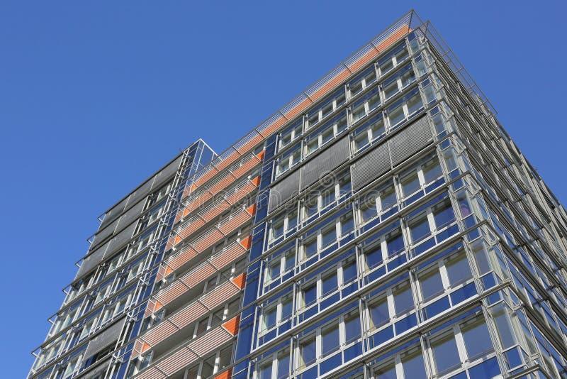 Modern byggnad med kontor och lägenheter royaltyfri foto