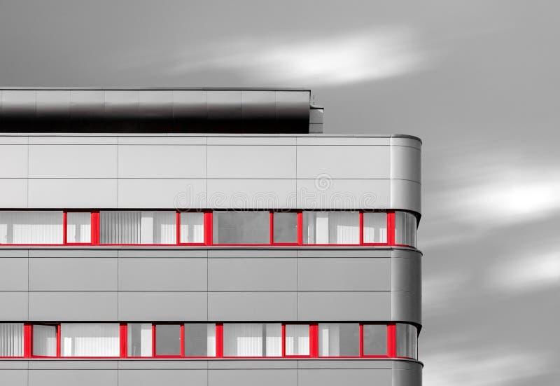 Modern byggnad med röda fönster royaltyfri bild
