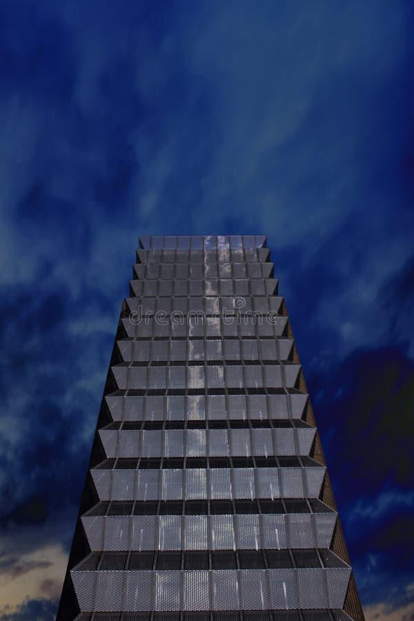 Modern byggnad och den tillbaka soluppsättningen arkivfoto