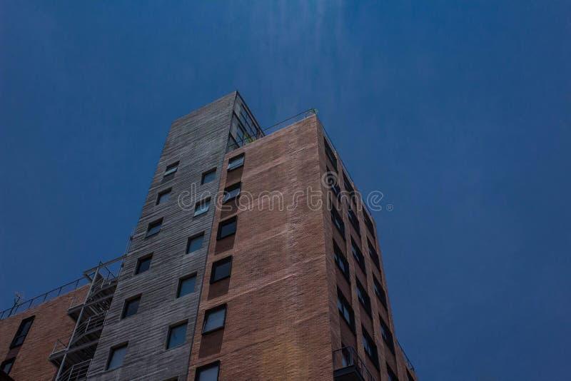 Modern byggnad och himmelheltäckandeblåtten royaltyfri foto