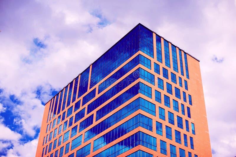 Modern byggnadsarkitektur med blå himmel och moln arkivfoto