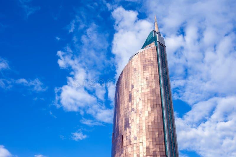 Modern byggnadsarkitektur med blå himmel och moln arkivbilder
