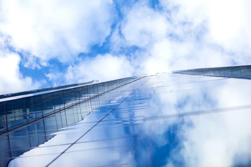 Modern byggnadsarkitektur med blå himmel och moln royaltyfria foton