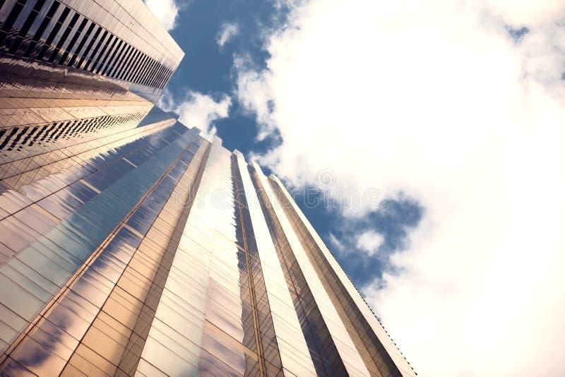 Modern byggnadsarkitektur med blå himmel och moln fotografering för bildbyråer