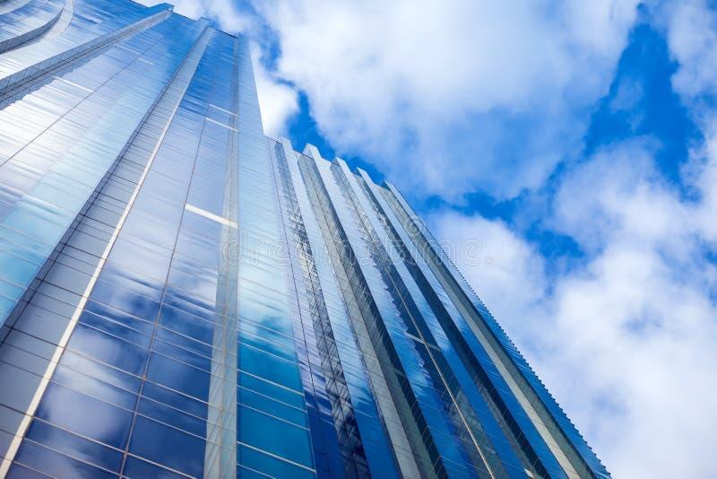 Modern byggnadsarkitektur med blå himmel och moln royaltyfri bild
