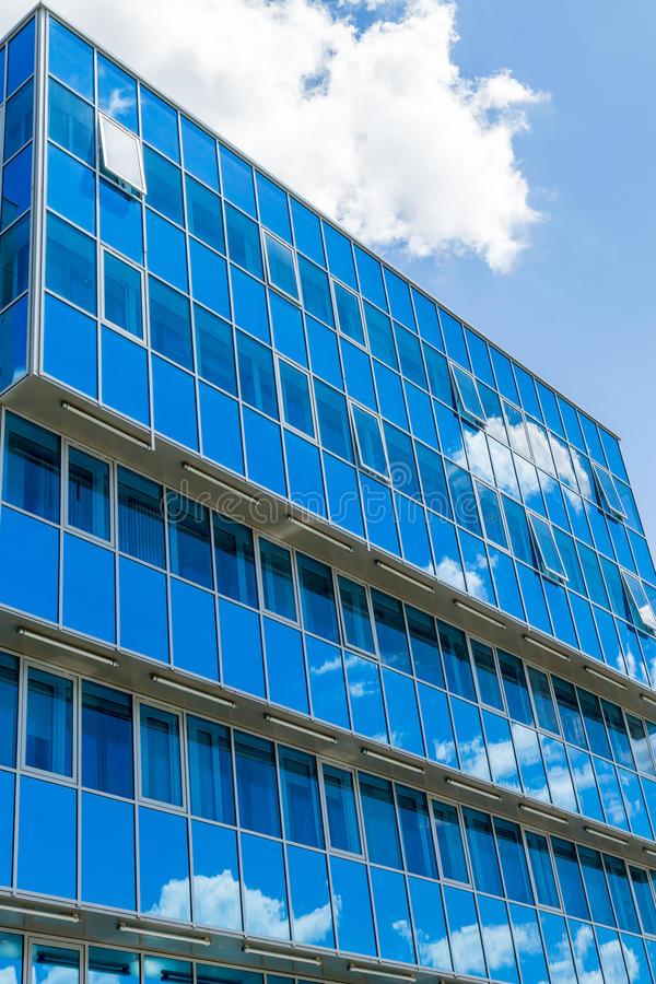 modern byggnadsfacade Glass Windows reflekterade himlen och molnen blå gamma royaltyfri bild