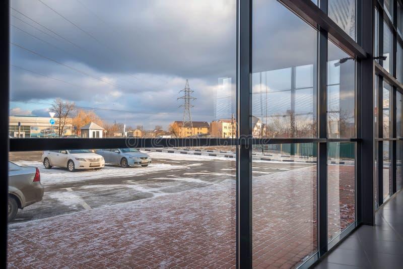 Modern byggnadsvägg som göras av exponeringsglas royaltyfri bild