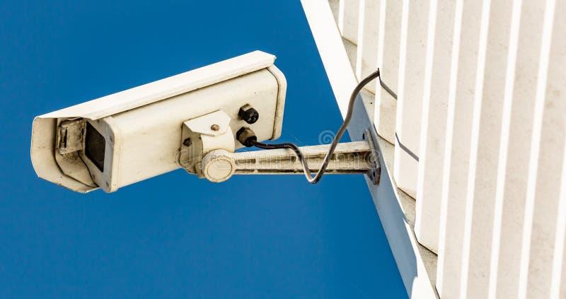 Modern CCTV-kamera på väggen av en industribyggnad arkivfoton