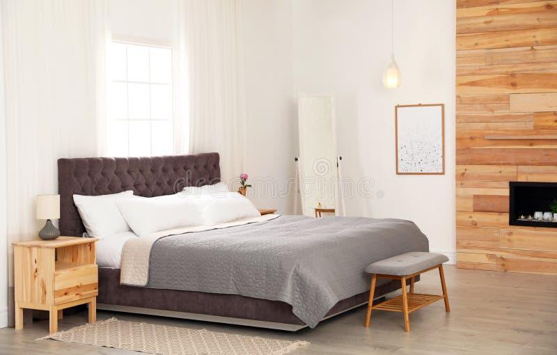 Modern comfortabel bed in ruimte stock foto