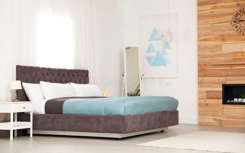 Modern comfortabel bed in ruimte royalty-vrije stock foto's