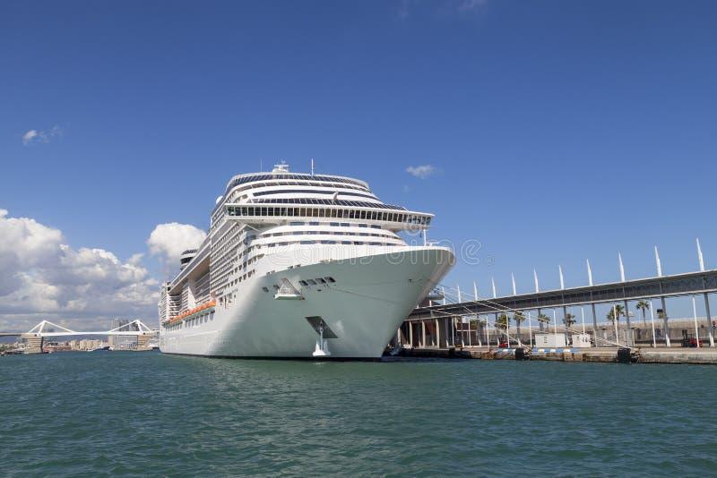 Modern cruiseschip in Haven Vell Barcelona, Spanje stock afbeeldingen
