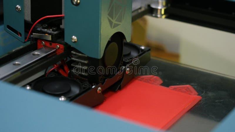 Modern 3D het cijferclose-up van de printerdruk media 3D printerwerk Elektronische driedimensionele plastic 3D printer, stock afbeeldingen
