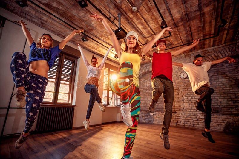 Modern dans för dansgruppövning i hopp Sport dansa fotografering för bildbyråer