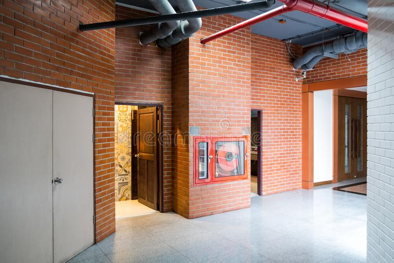 Modern de bouw Binnenland met oude uitstekende Bakstenen muur Gang van stock afbeelding
