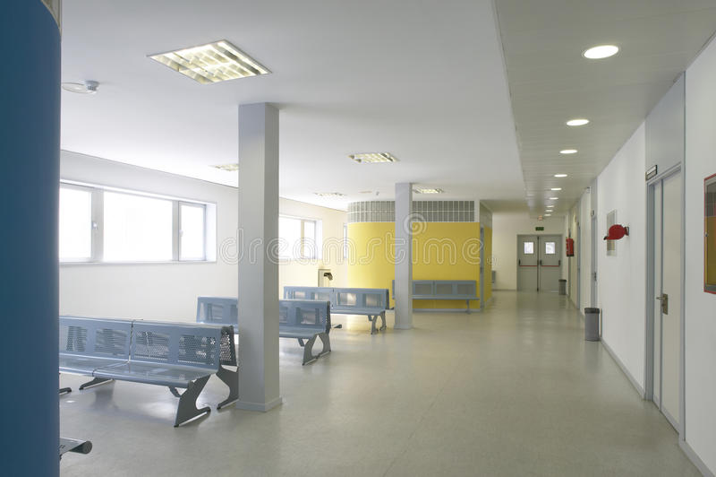 Modern de bouw wachtend gebied met metaalstoelen stock afbeeldingen