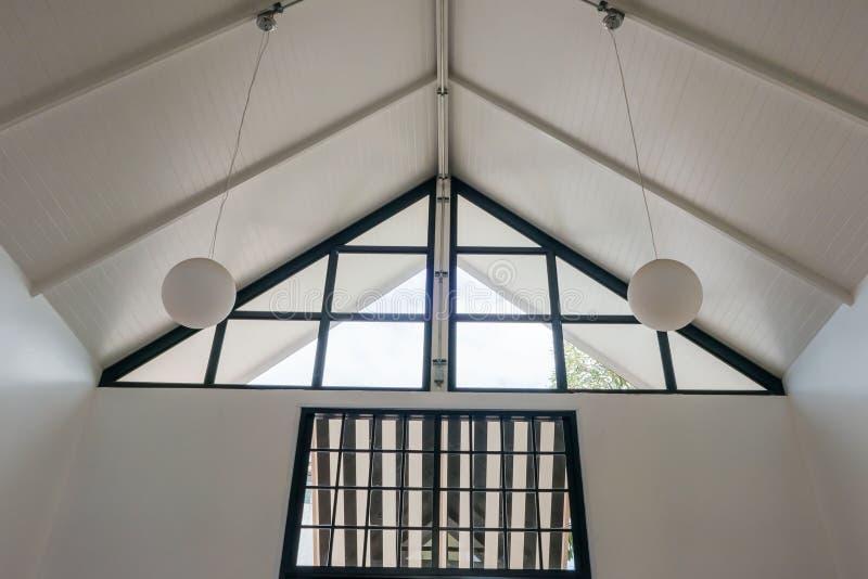 Modern de bouw Wit binnenlands nieuw huis stock foto