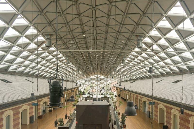 Modern de bureaubouw binnenland in stedelijke stad Het gebouw wordt genoemd de walvis stock afbeeldingen