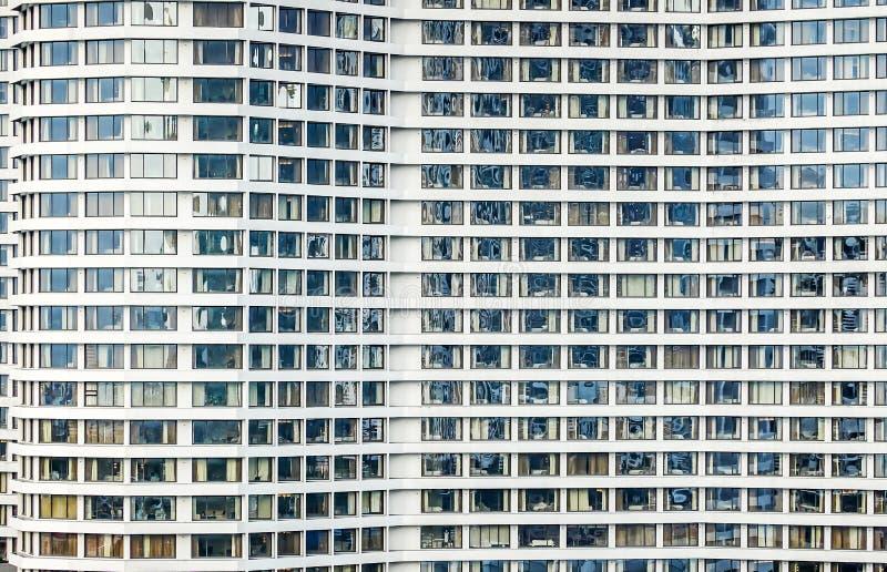 Modern de bureaubouw voorgevel abstract fragment met glazen vensterpatroon in de wolkenkrabberstad stock foto