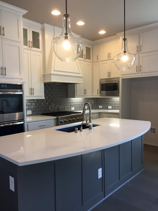 Modern de keukenontwerp van Nice in een nieuw huis stock afbeeldingen