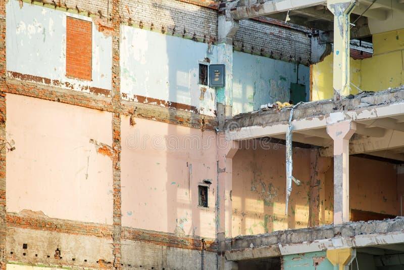 Modern delvist förstörd industribyggnad med kulöra väggar arkivfoton