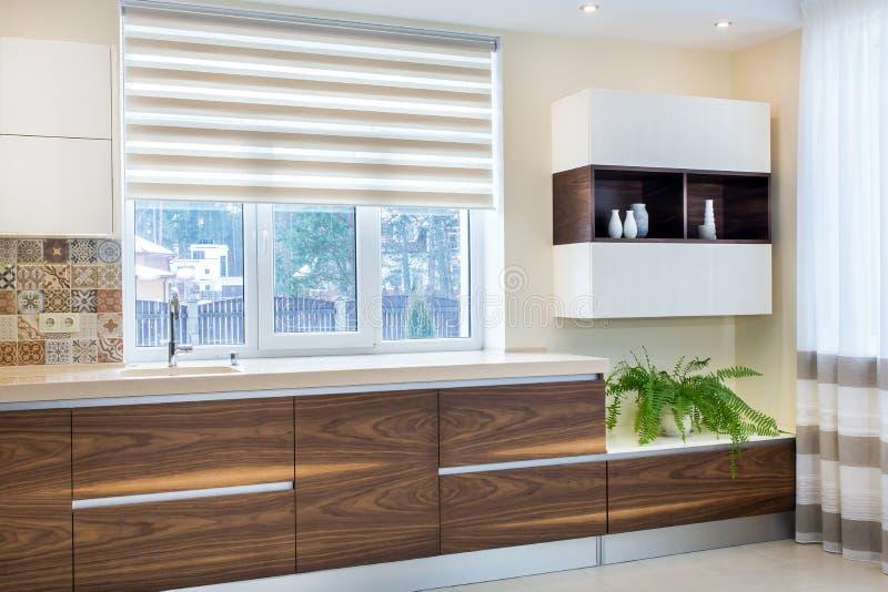 Modern design av köket i ett ljus, ljus inre arkivfoton