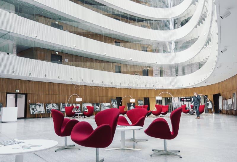 Modern design för inre för korridor för affärsmitt väntande arkivbild
