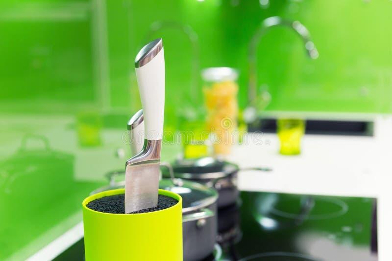 Modern die keukenbinnenland met studiolicht wordt geschoten stock afbeeldingen