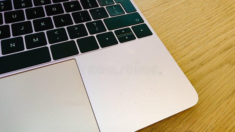 Modern draagbaar computertoetsenbord en muisstootkussen royalty-vrije stock afbeelding