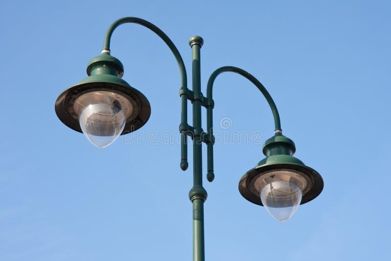 modern dubbel grön lamppost arkivbilder