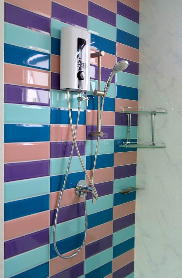 Modern duschrum och vattenvärmeapparat arkivfoto