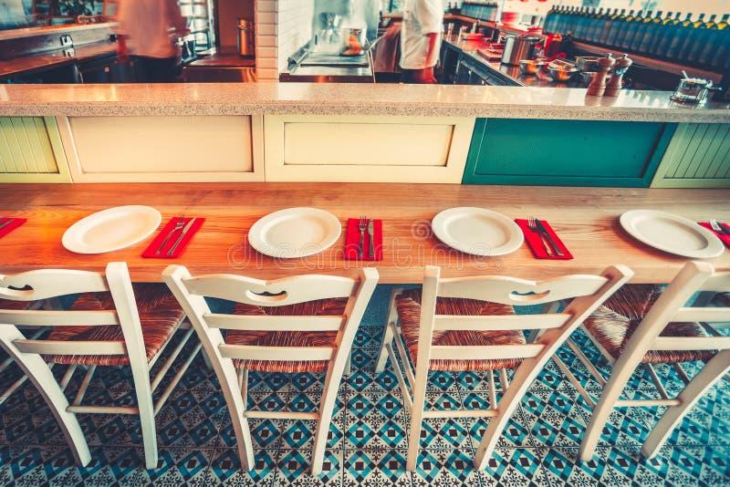 Modern eenvoudig koffiebinnenland met houten meubilair royalty-vrije stock afbeeldingen