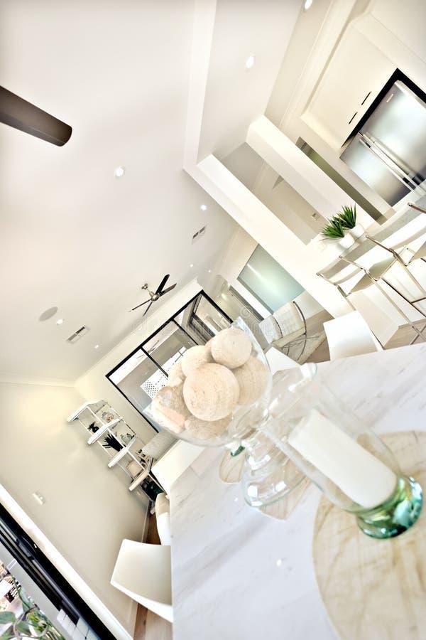 Modern eettafelbinnenland met witte muren in de keuken stock foto's