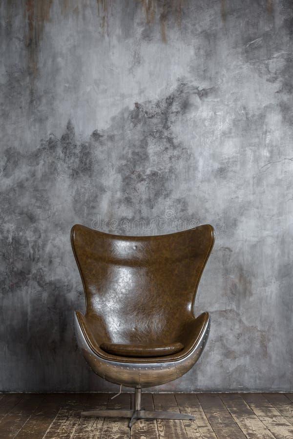 Modern elegant metall och läderstol royaltyfria bilder