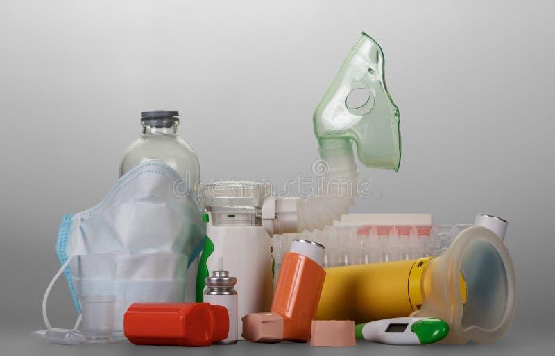 Modern elektronisch netwerk-verstuiver klein draagbaar inhaleertoestel, flesjes vloeistof voor inhalatie, op grijs stock foto