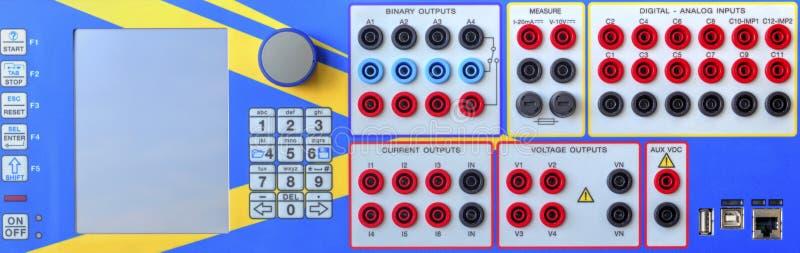 Modern elektronisk apparat för reläskyddsprovning royaltyfria bilder
