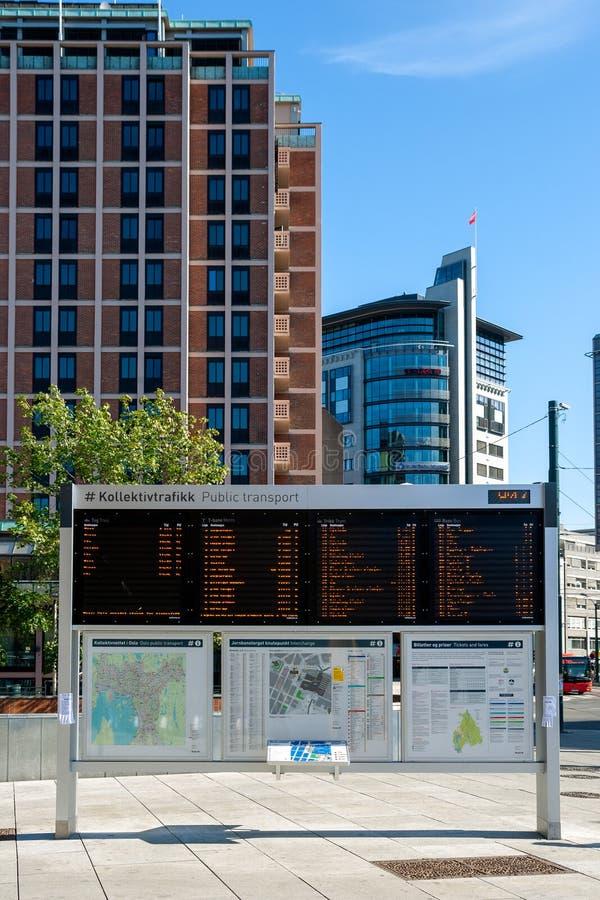 Modern elektronisk informationsstyrelse med kollektivtrafiktider i stadskärnan i Oslo arkivfoto
