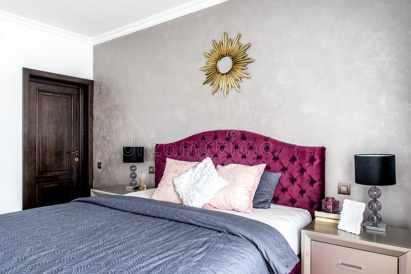 Modern en comfortabel binnenlands slaapkamerontwerp hoofdslaapkamer met decoratie stock foto's