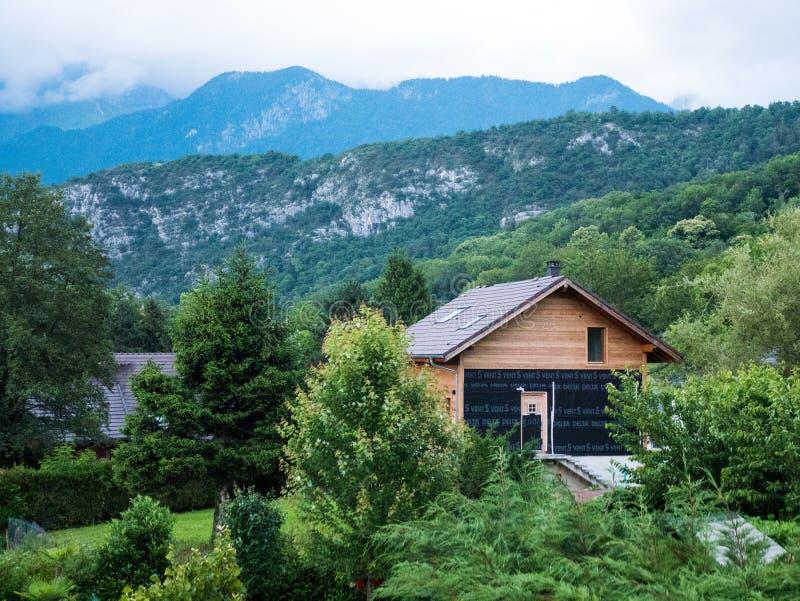 Modern en ecologisch die huis in de omgeving van Annecy Frankrijk wordt gevestigd royalty-vrije stock fotografie
