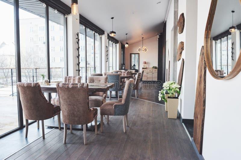 Modern en eenvoudig koffiebinnenland met houten klassiek meubilair stock fotografie