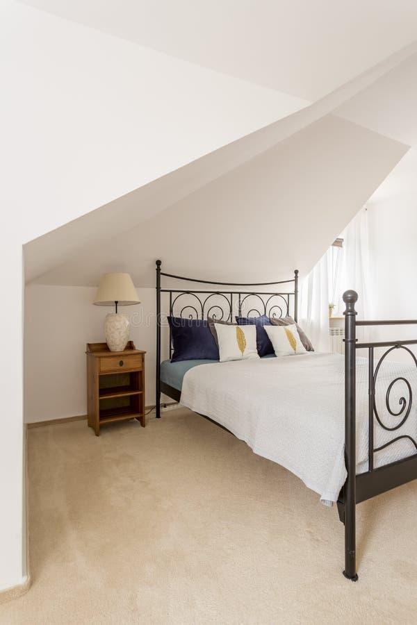 Modern en ruim slaapkamerbinnenland stock fotografie