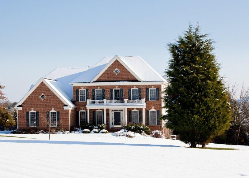 Modern enig familiehuis in sneeuw royalty-vrije stock afbeeldingen