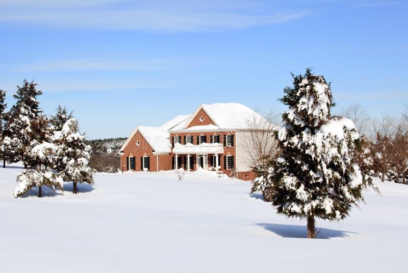 Modern enig familiehuis in sneeuw royalty-vrije stock fotografie