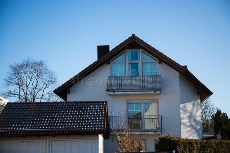 Modern enig huis in München, blauwe hemel stock afbeeldingen