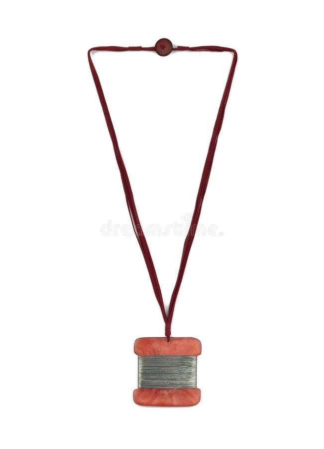 Modern etnisk halsband i röda signaler som isoleras på vit arkivbild