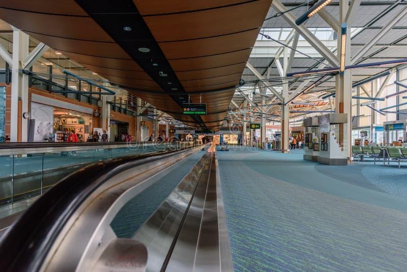 Modern Europees luchthavenbinnenland in dagtijd royalty-vrije stock afbeelding