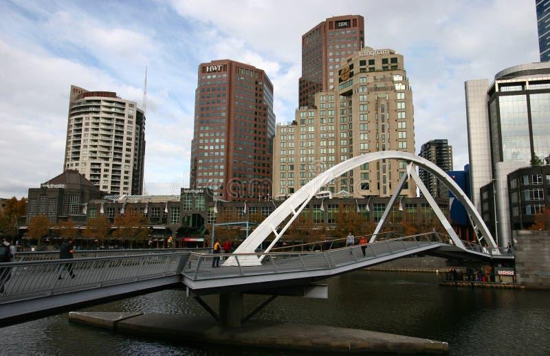 Modern Evan Walker Bridge met kustcityscape van wolkenkrabbers op Yarra-Rivier, Zuidenbank, Melbourne, Victoria, Australië stock fotografie