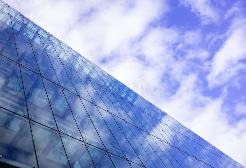 Modern exponeringsglasbyggnad kan hysa kontor, lägenheter, hotellrum Bakgrund för molnig himmel, utrymme arkivfoton